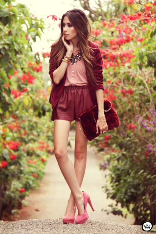 FashionCoolture 27.12.2012 - velvet blazer burgundy leather shorts Choies faux fur clutch pink Kafé bracelets outfit  (1)