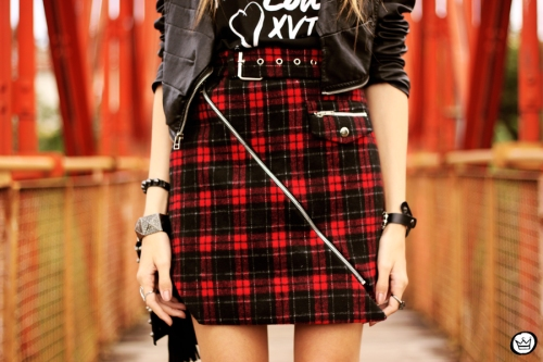 FashionCoolture - 17.05.2014 look du jour plaid skirt rocker t-shirt (4)